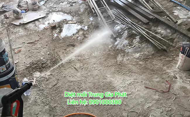 Phun phòng mối nền nhà yến khi chưa đổ bê tông