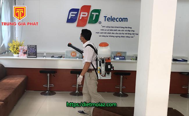 KTV đang phun thuốc diệt muỗi cho FPT Telecom Đà Nẵng.