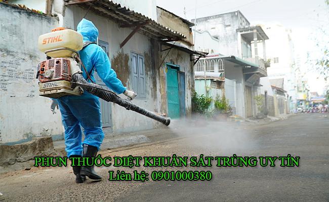 Phun thuốc khử trùng cho khu dân cư