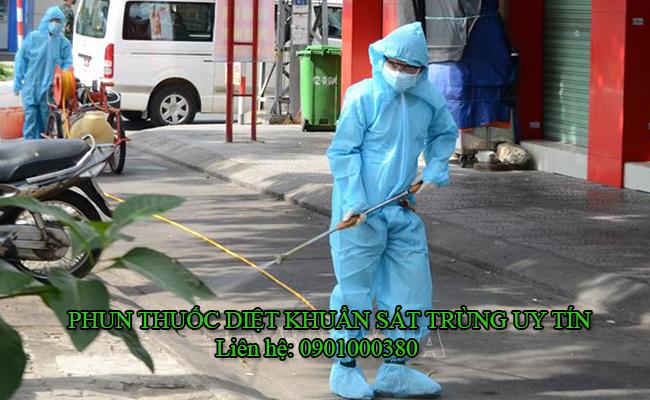 Phun thuốc khử trùng trên đường phố